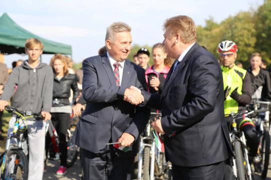 Jakó Gergely és Huszti Gábor az út átadását követően